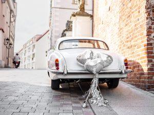Latas y corazones para coche de boda